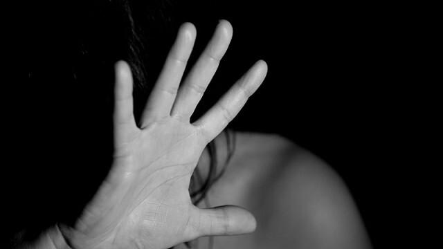 Чудовищно! Майка изнасилва  12-годишната си дъщеря и я записва на видео