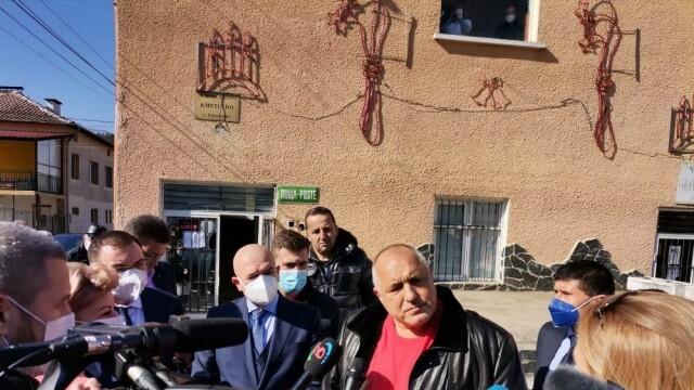 Бойко Борисов провери на място как мобилни екипи започват да ваксинират срещу COVID-19