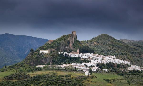 Уникално: Вижте как малко градче в Испания не пуска коронавируса зад стените на крепостта