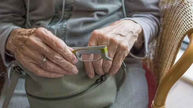Нагъл апаш нападна беззащитна баба в гръб и задигна чантата й