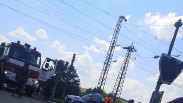 Отново катастрофа на жп прелез! Влак блъсна кола на релсите, две жени откарани в болница
