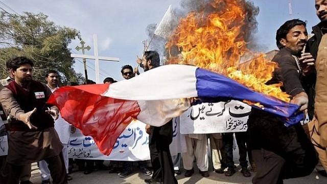 В Афганистан изгориха френското знаме с викове