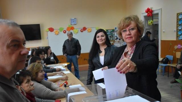 Кметът Корнелия Маринова и председателят на ОбС Петър Цолов гласуваха в балотажа за избор на президент