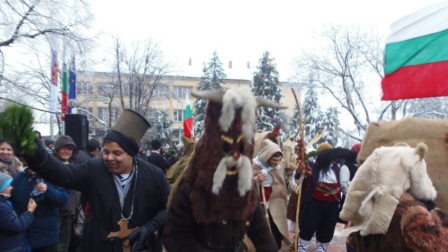"""Девет впряга участваха в ритуала """"Кьорава кобила"""" в Тръстеник /Снимки/"""