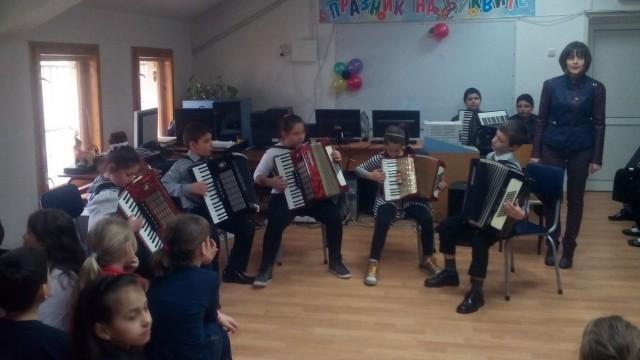 "Акордеонисти от Музикалното училище гостуваха на НУ ""Христо Ботев"""