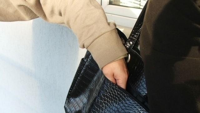 Вкараха крадла в ареста, задигнала портмоне от 78-годишна баба
