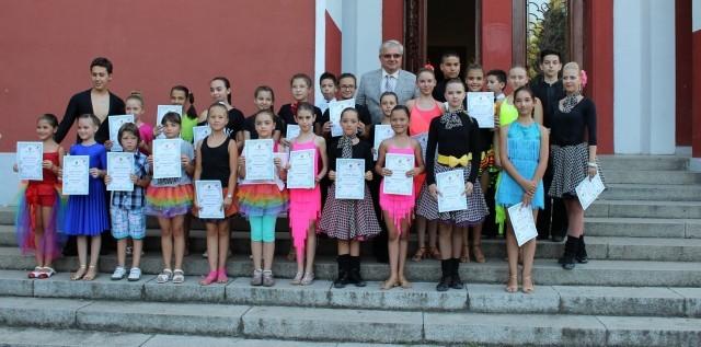 Плевен: Първата група от курса по танци с грамоти и концерт за финал