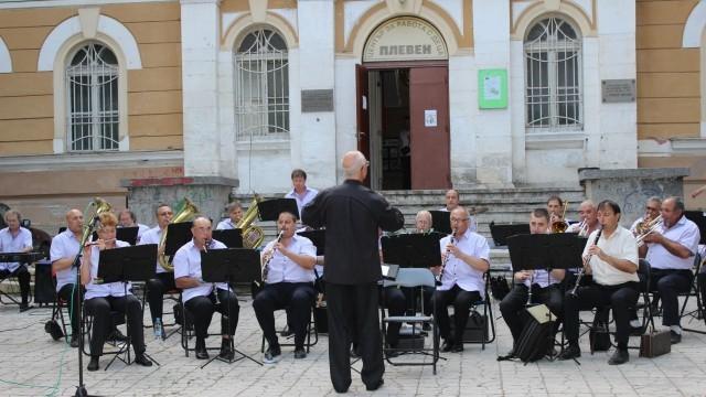 Плевен: Общинският духов оркестър представи