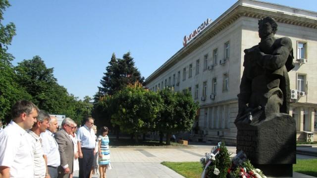 Плевен с цветя пред паметника на Апостола /Фотогалерия/