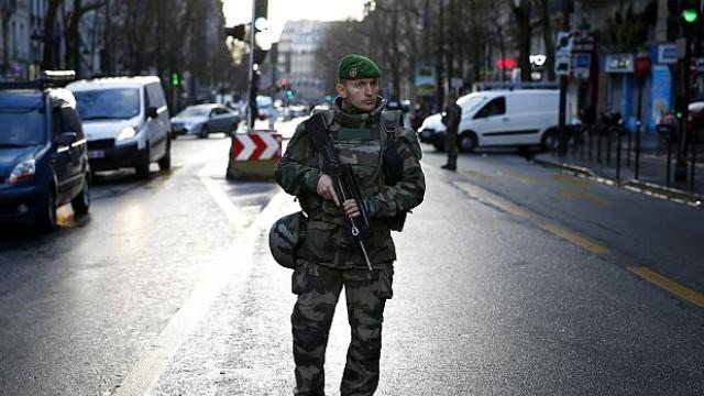 Париж: Застреляният джихадист бил с фалшиви експлозиви на пояса