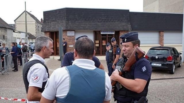 Джихадисти прерязаха гърлото на свещеник в църква във Франция