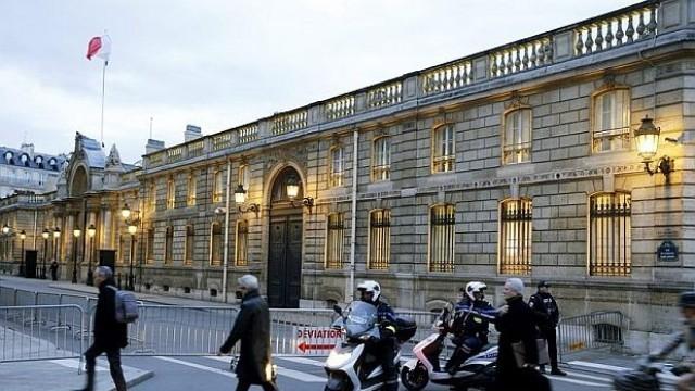 Париж: Въоръжен с Калашник взе заложници в поща