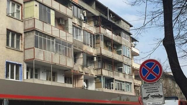 Мъж заплашва да скочи от терасата на жилището си