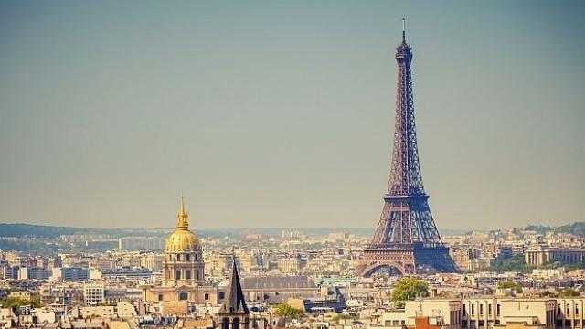 Затвориха Айфеловата кула за туристи заради напаст от джебчии