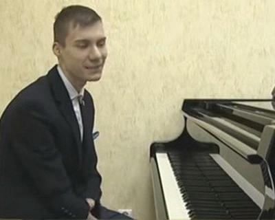 Вижте как 15-годишен виртуоз от Казан, свири на пиано без ръце
