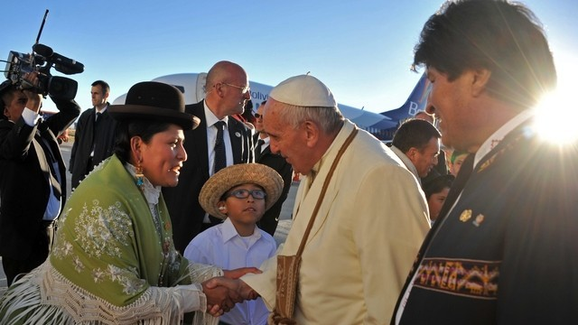 Папата пи чай от кока в Боливия