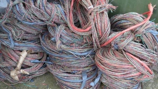 Издирват крадци на кабели с мощни джипове, блъснали патрулка