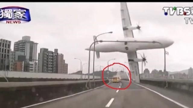 Сблъсъкът с таксито - фатален за катастрофиралия самолет  /ВИДЕО/