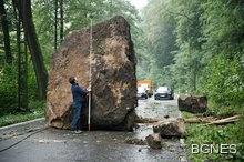 Тайфун влачи 45 метра 177-тонна скала