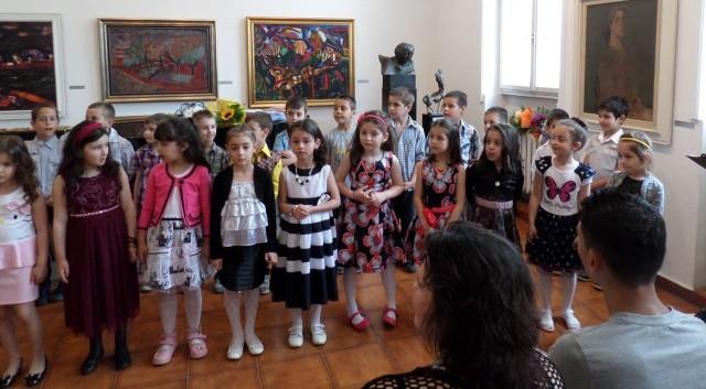 Плевен: Бъдещи първокласници се сбогуваха с детската си градина