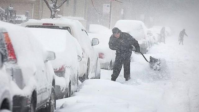 Нова снежна буря в САЩ, отменени близо 2 000 полета