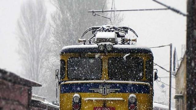 Скала падна върху бързия влак Варна-София, няма пострадали