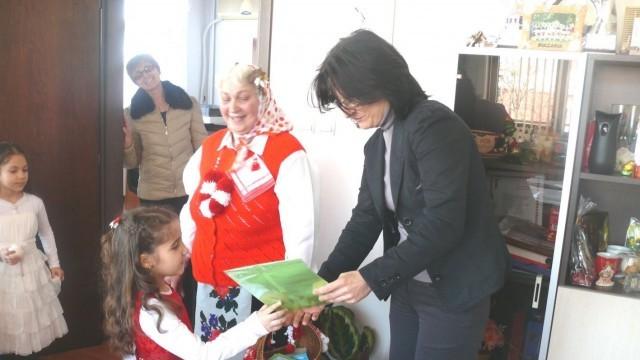 Малчугани подариха мартеници за кмета на град Левски