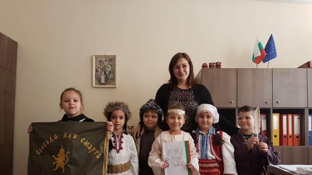 Плевен: Деца влязоха в ролите на Паисий и Райна Княгиня за Деня на будителите