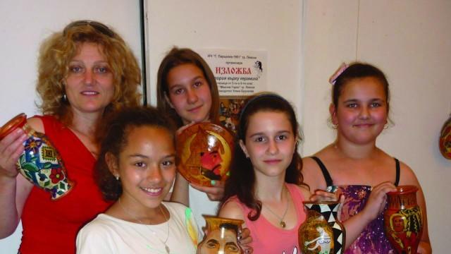 История върху керамика показват в изложба ученици